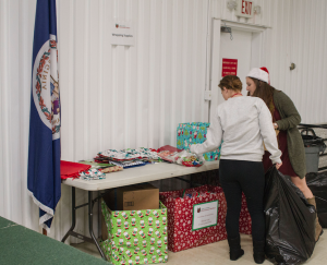 CARSON REEHER | HERALD Members of the community look at different wrapping options to take.